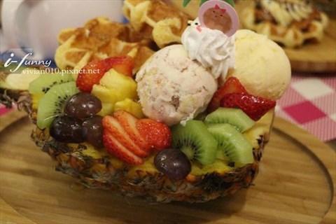 色彩缤纷且多种水果,还有可爱的mini瓦芙及冰淇淋,这样的元素组合在一
