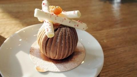 绵密 而且线条很可爱  内层裹著红醋栗奶油跟海绵蛋糕 很普通 上面三