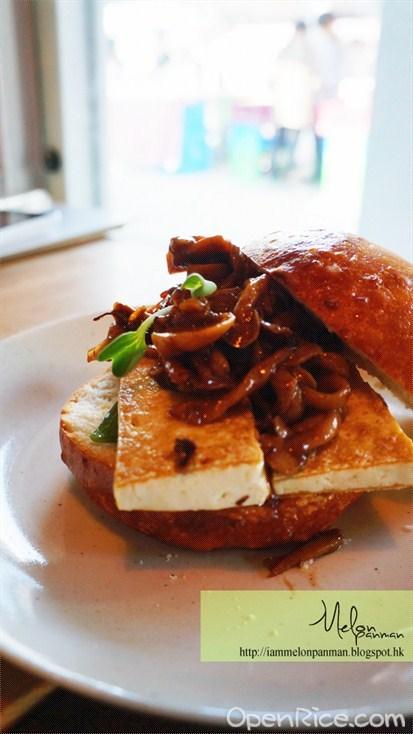 厚切豆腐佐梅醬炒菇貝果堡  這個很好吃,哪些菇是甜甜的,而貝果確實很新鮮,很厚實