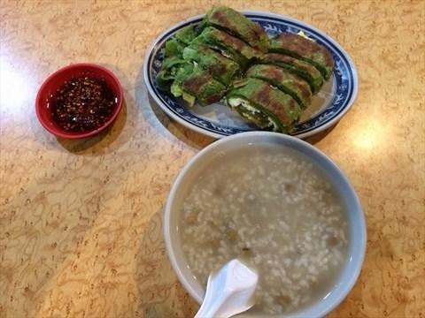 翡翠蔥油餅加蛋、綠豆粥