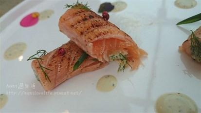 鮭魚的油脂在嘴中化開,清爽不膩口