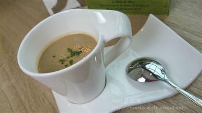蘑菇的香氣濃縮至湯中,濃稠的湯頭卻不會感到壓迫感