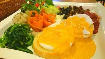 豐盛的配菜搭配班尼迪蛋和煙燻鮭魚的早午餐~好滿足!!