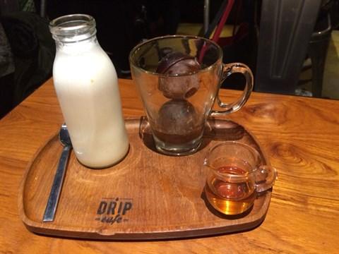 冰的咖啡球淋上熱牛奶(附蜂糖)