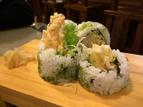有包炸蝦生菜柴魚片, 壽司外圍的海苔也包在裡面,好吃!