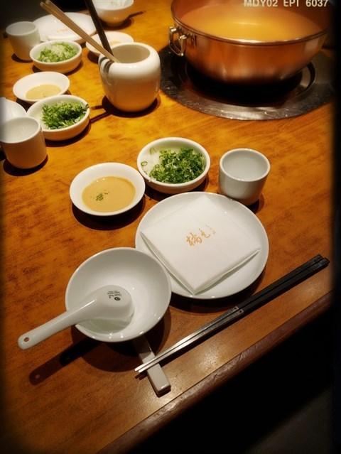 齊備嘅餐具及調味料